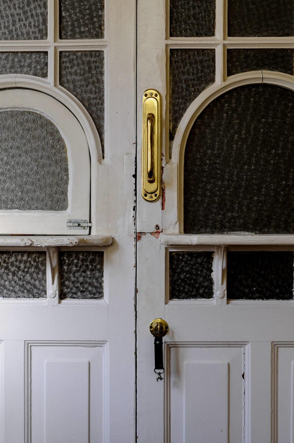 biale drzwi