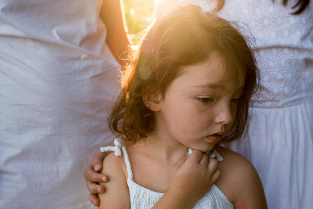 dziewczynka biala sukienka