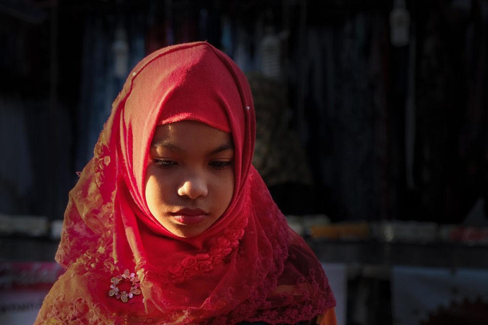 dziewczynka w czerwonym hidzabie