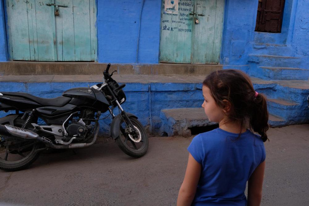 dziewczynka w niebieskim miescie