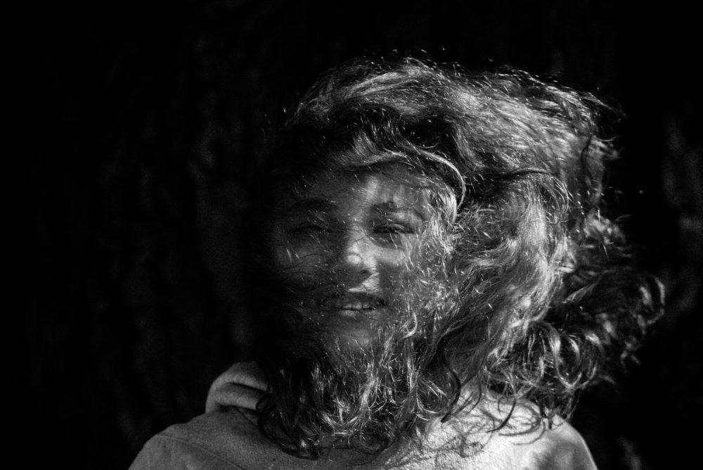 dziewczynka z burza wlosow