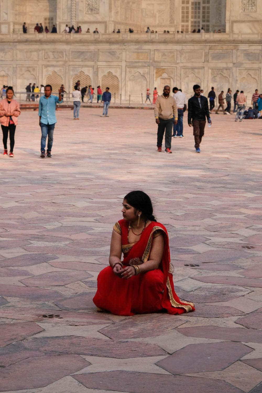 kobieta w czerwonym sari