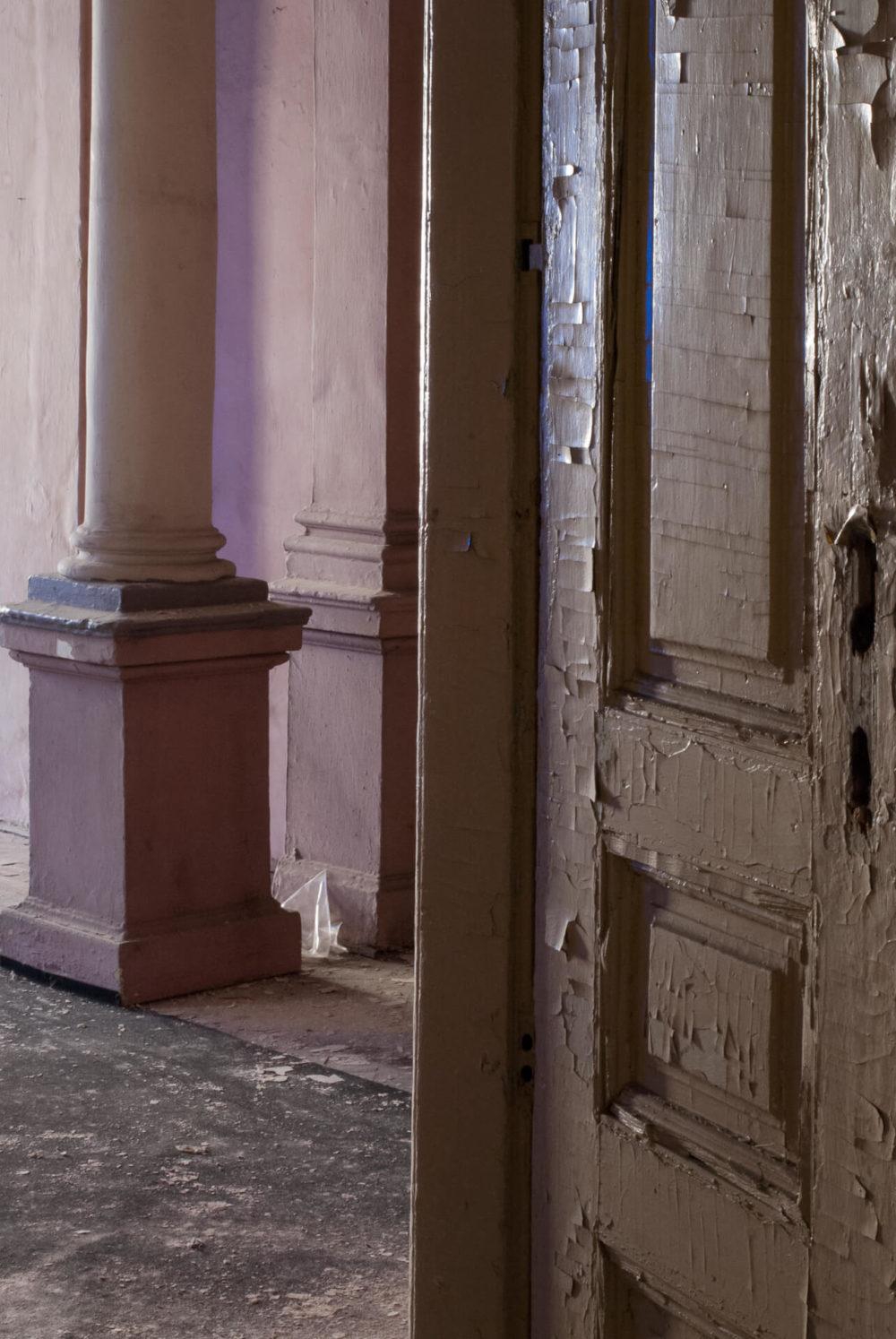 stara kamienica rozowe drzwi