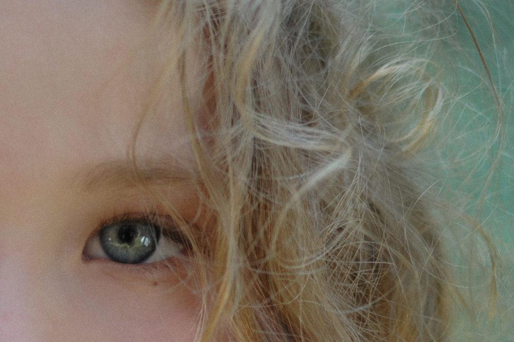 jasnowlose dziecko zblizenie oko