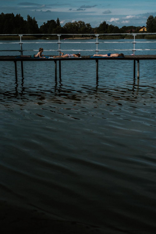 dzieci na pomoscie nad jeziorem