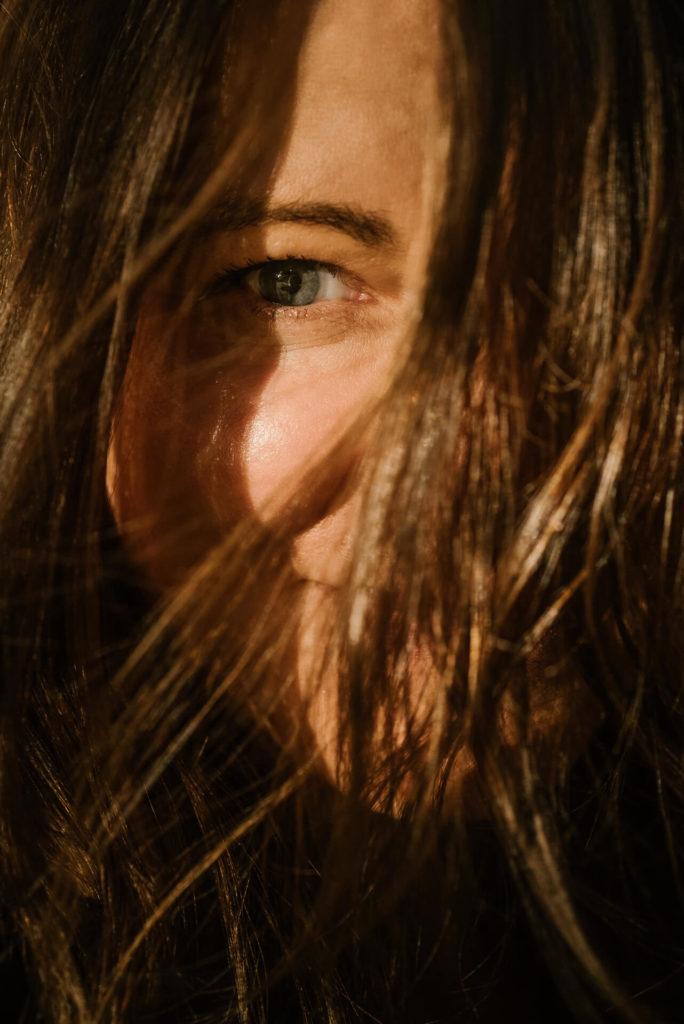 kobieta z brązowymi włosami