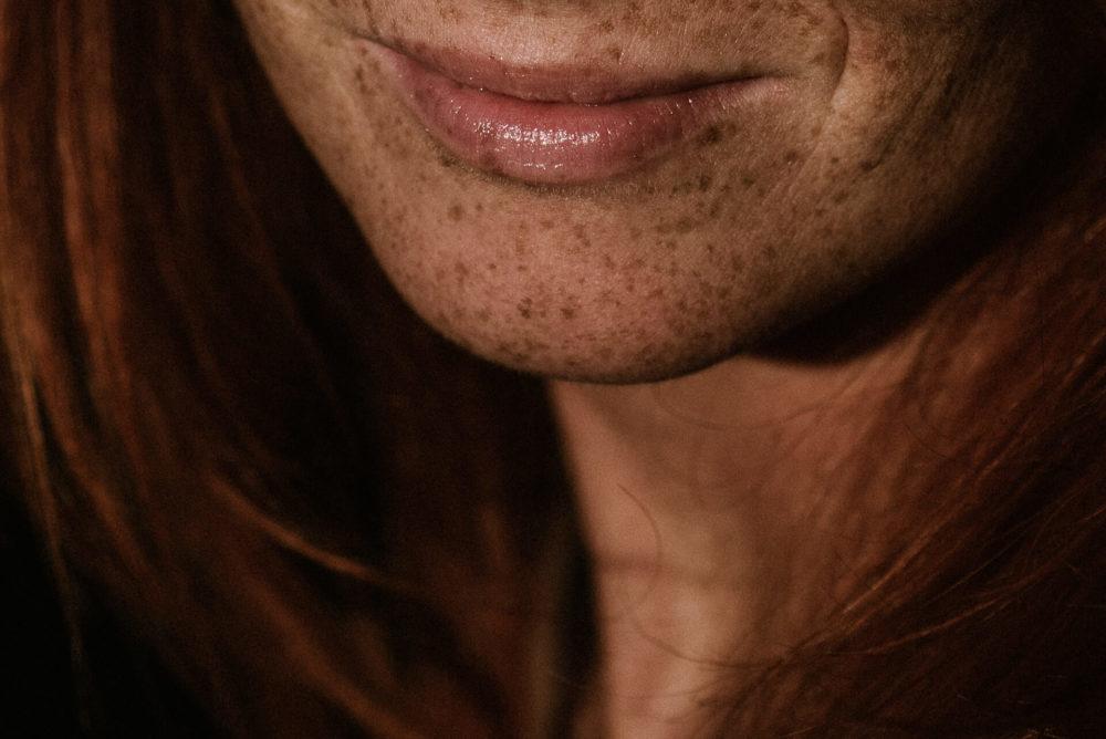 fragment twarzy kobiety, usta, piegi
