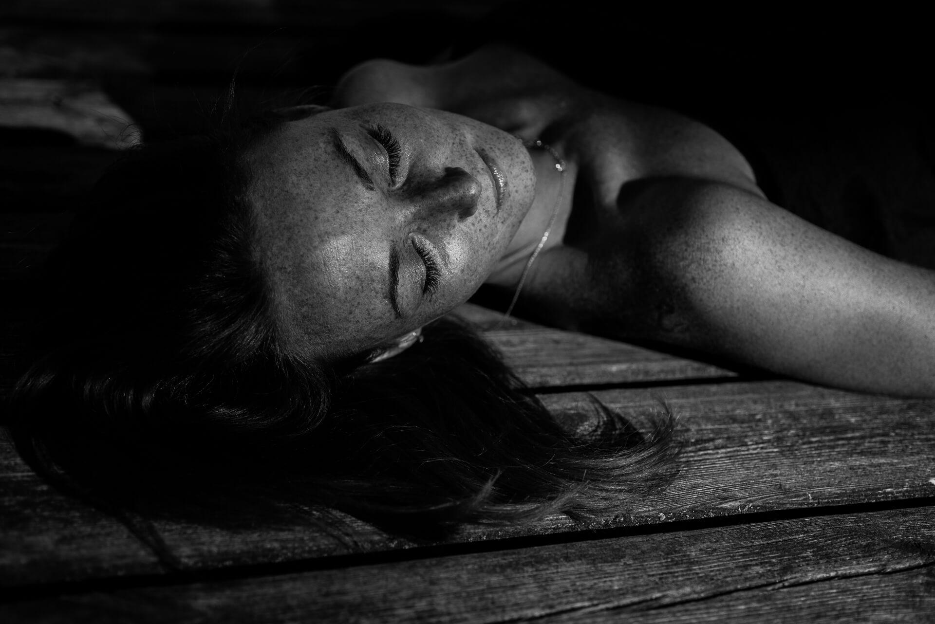 czarno-białe zdjęcia kobiety z piegami i zamkniętymi oczami, sesja letnia