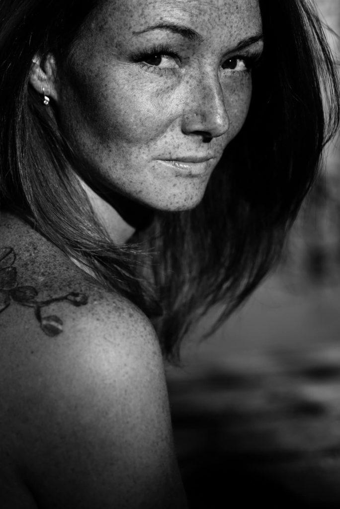 czarno-białe zdjęcia kobiety z piegami