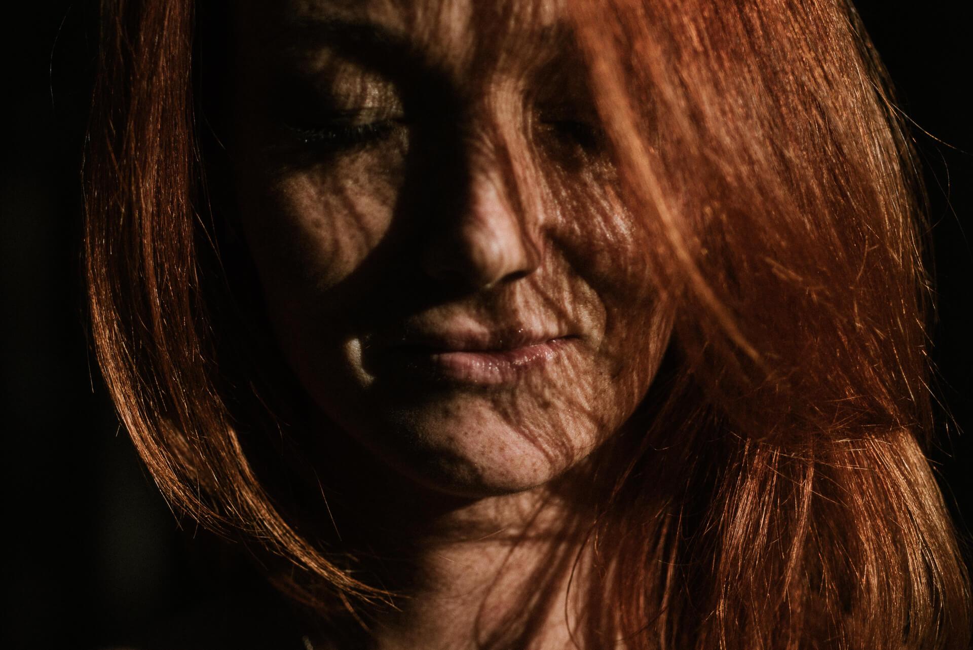 rudowłosa dziewczyna z piegami