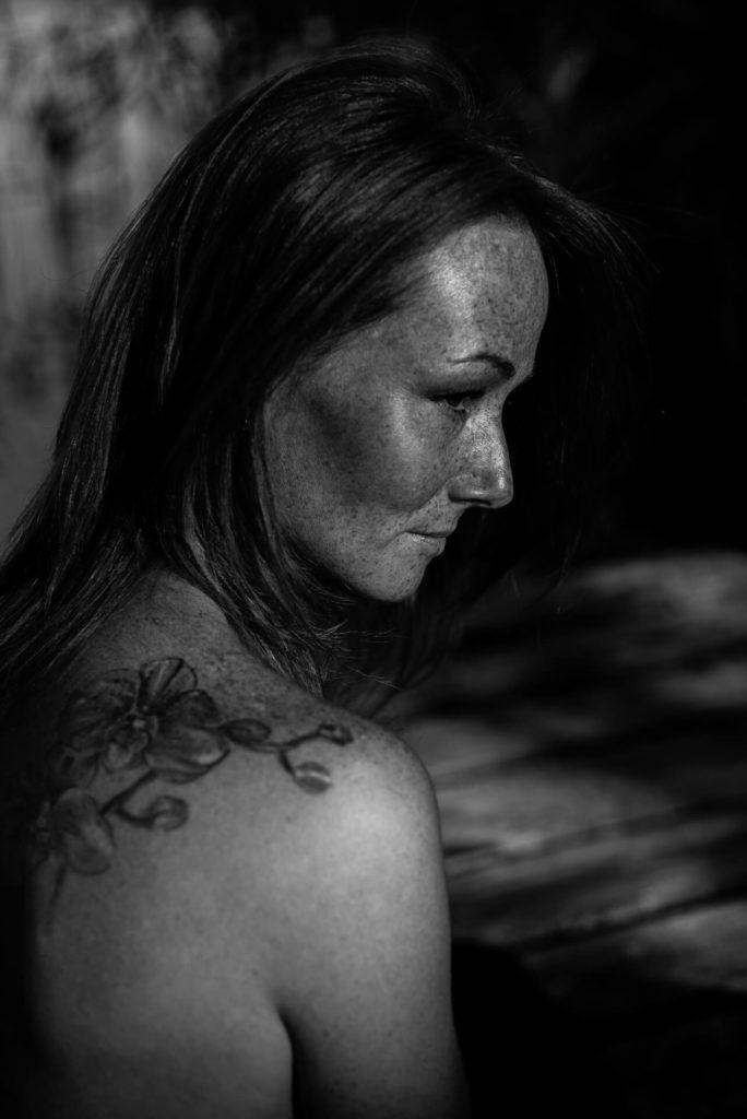 czarno-białe zdjęcia kobiety z piegami i tatuażem, sesja letnia, sesja w lesie
