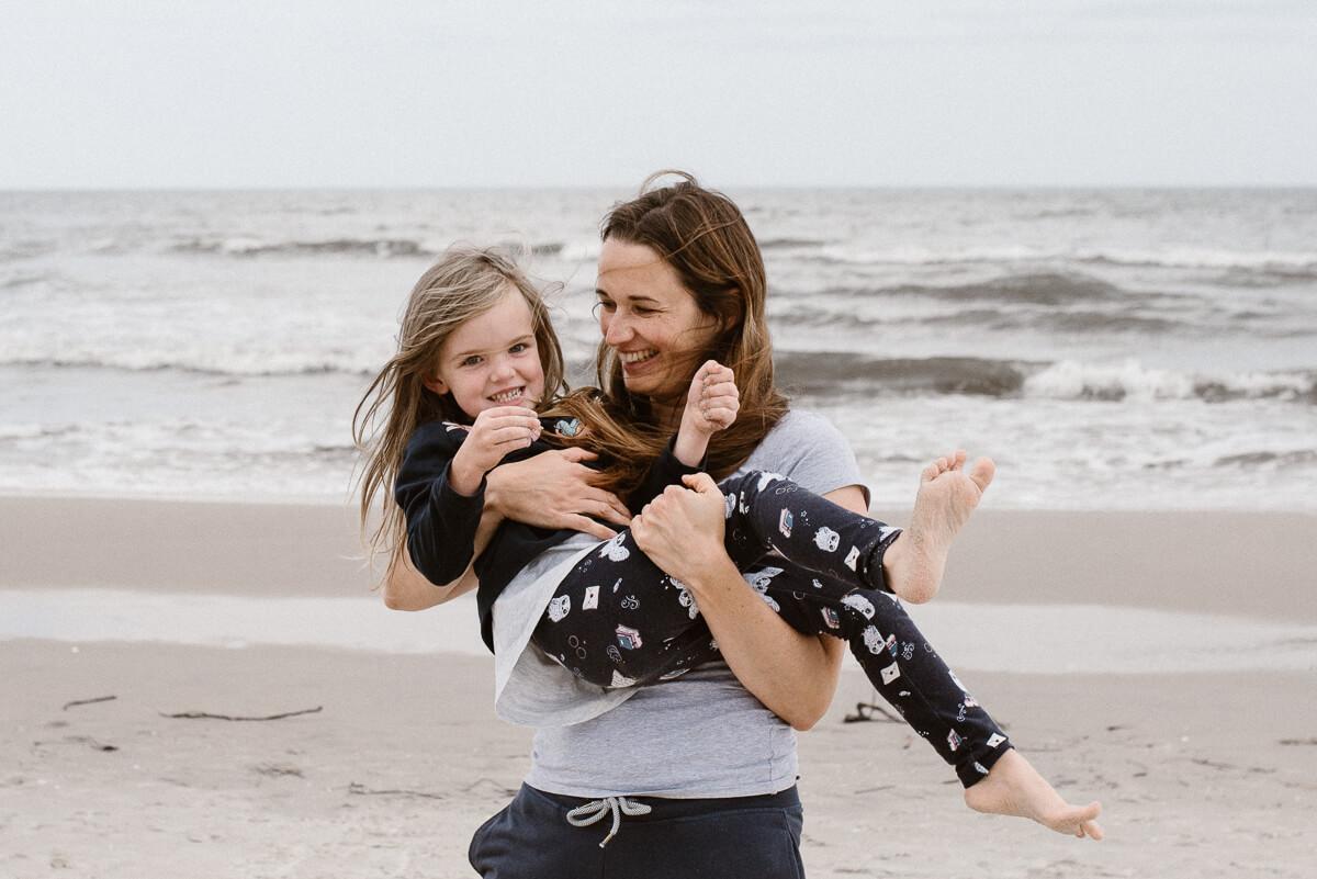 Naturalna sesja rodzinna na plaży
