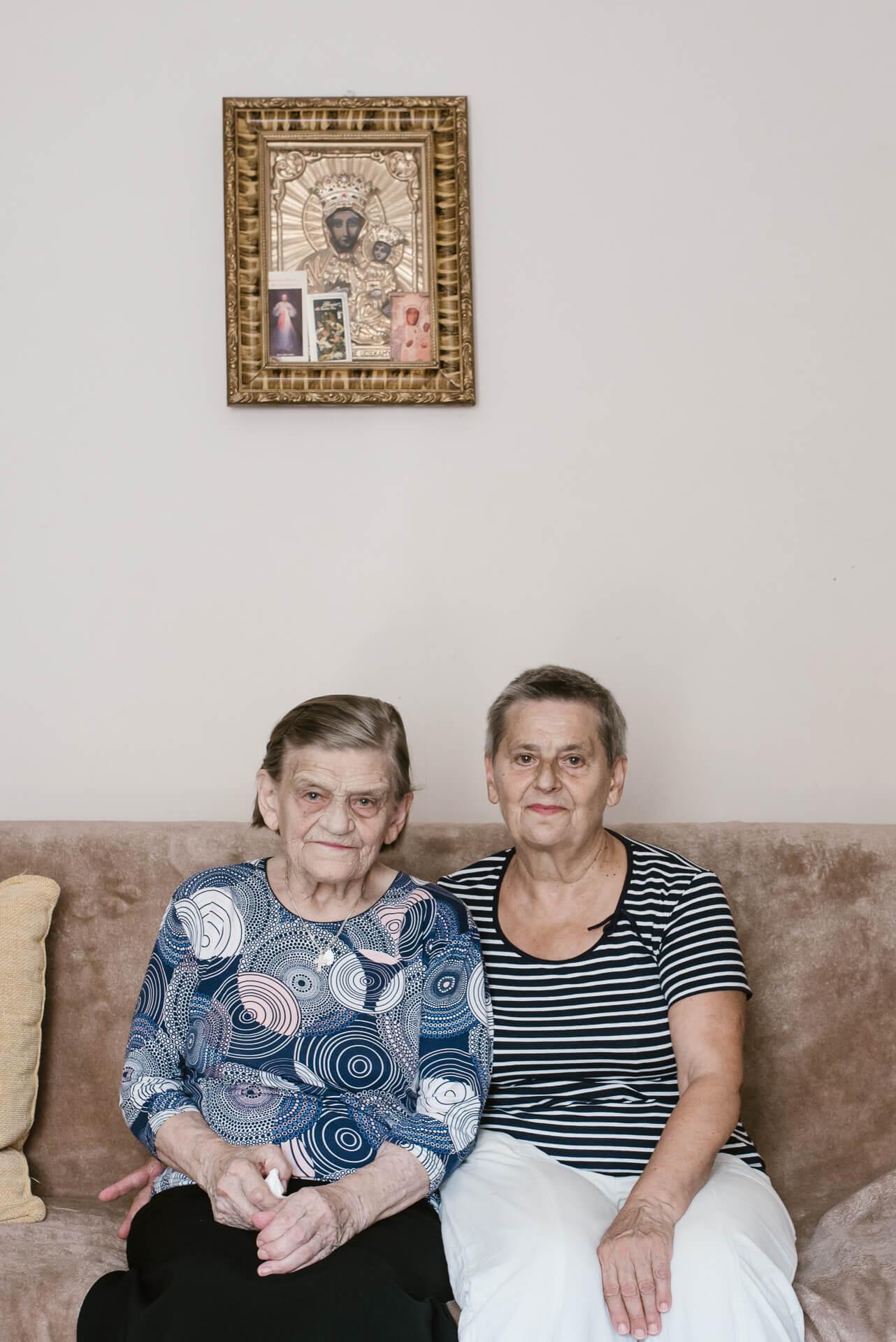 babcia i prababcia siedzą na wersalce