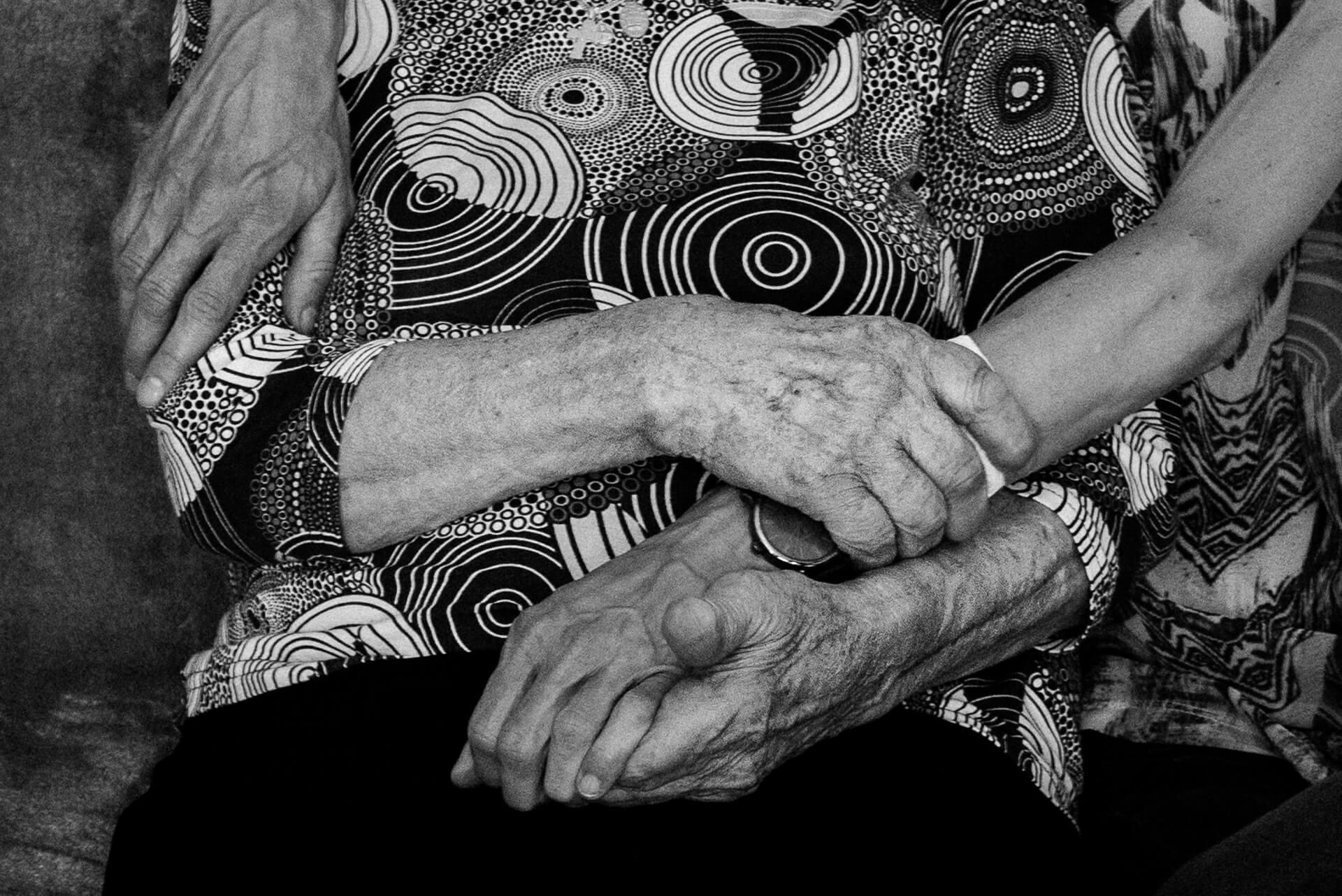 ręce babci i wnuczki, czarno-białe zdjęcie