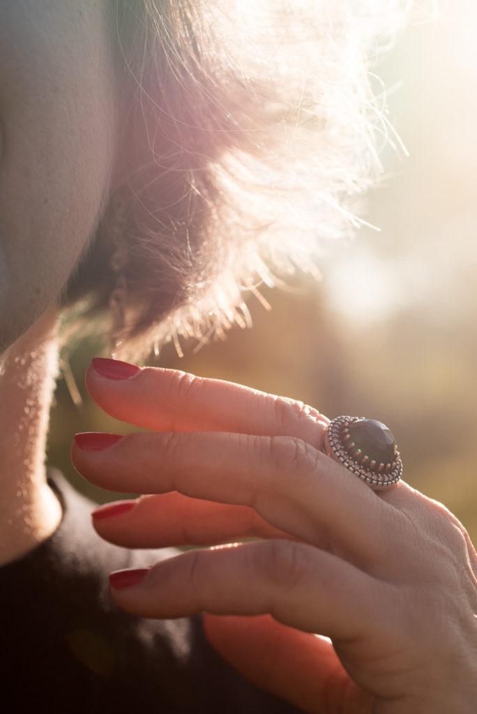 Sesja wizerunkowa, detale, dłoń z pierścionkiem