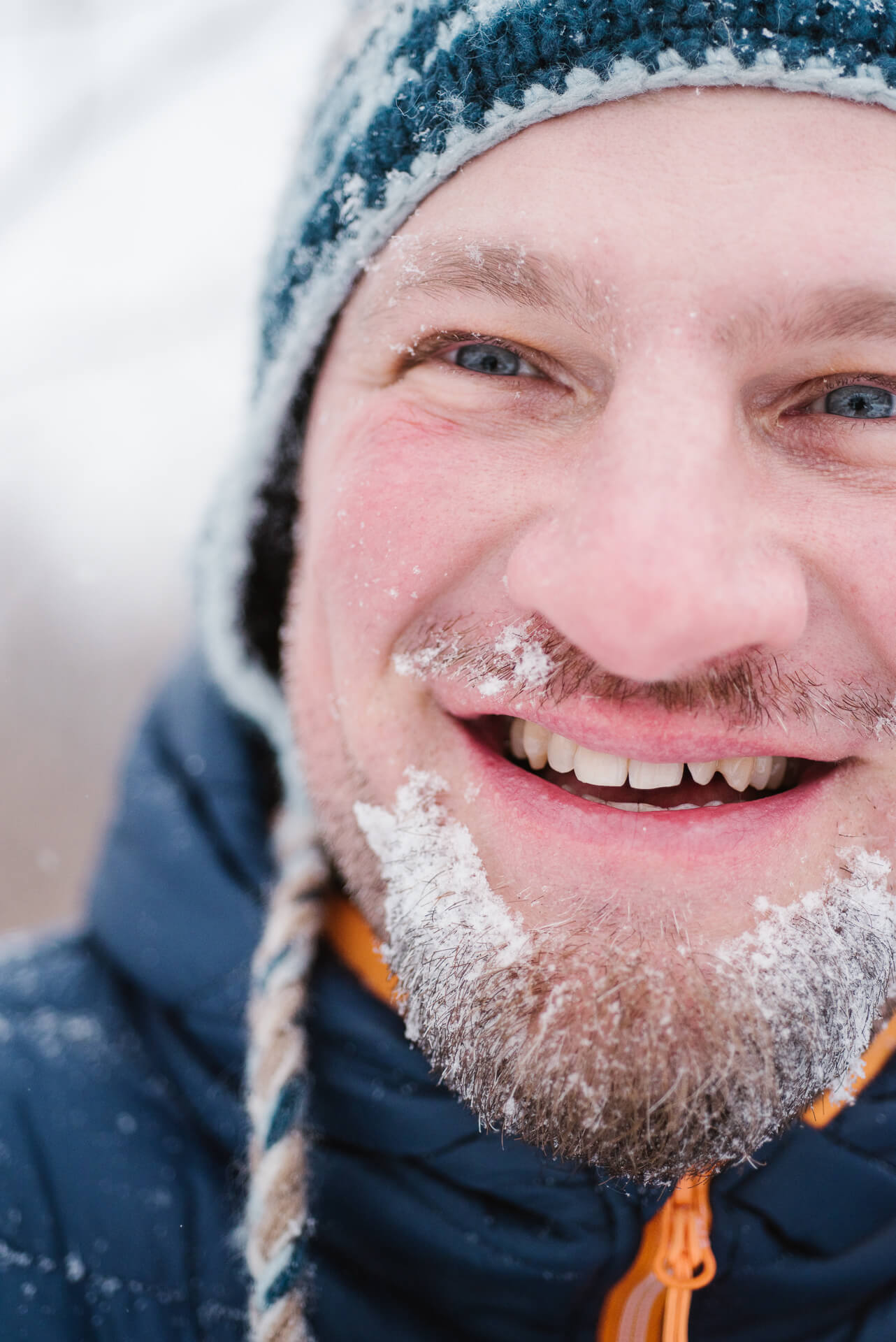 zimowy-portret-mezczyzny-ze-sniegiem-na-brodzie