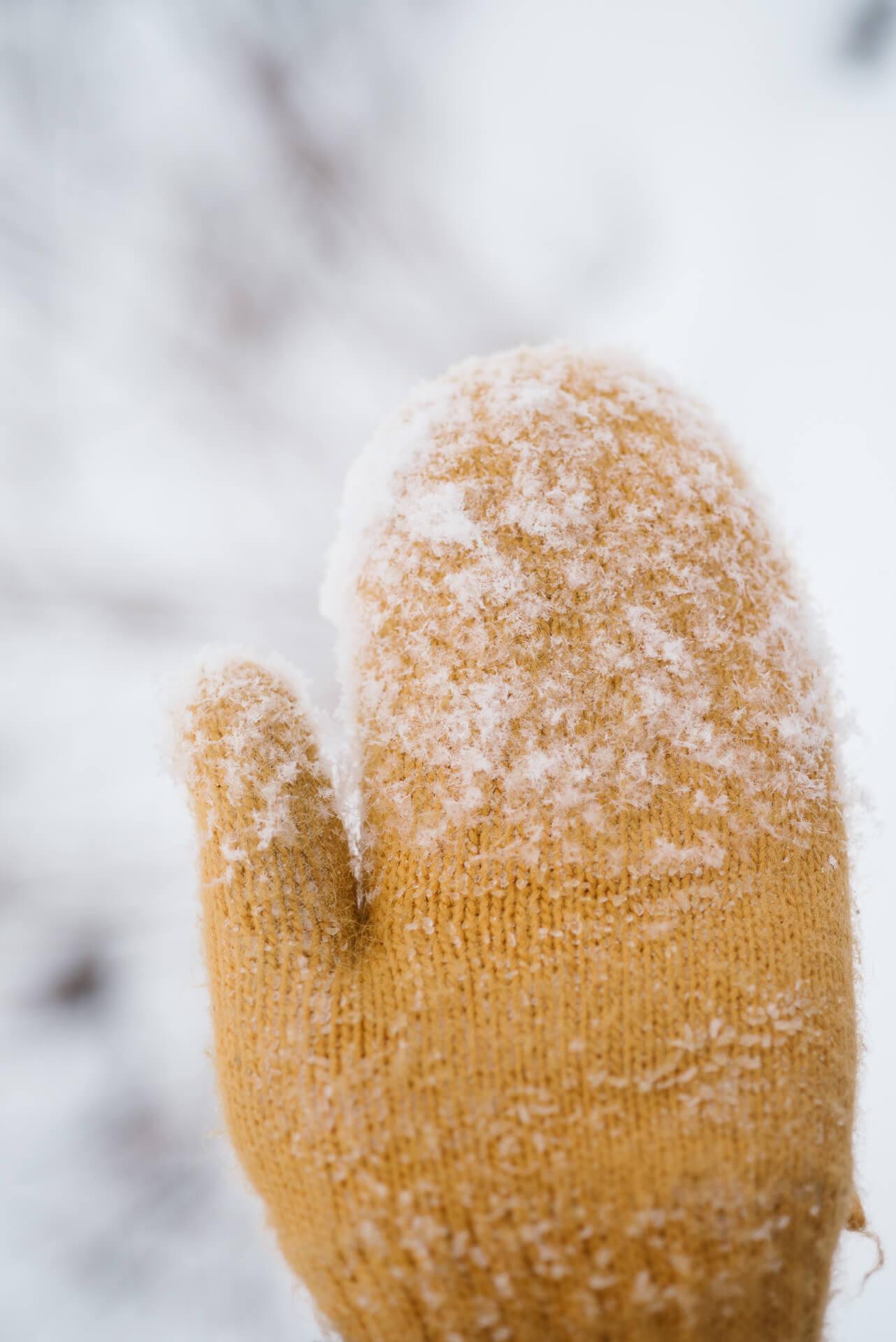 zolta-rekawiczka-w-sniegu