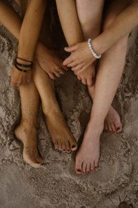 nogi dwóch kobiet na plaży