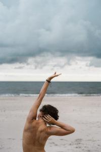 kobieta na plaży rozciąga się