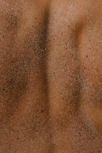ziarenka piasku na skórze
