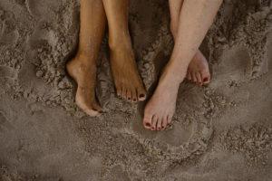 nogi dwóch kobiet na piasku