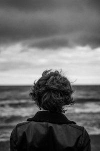 kobieta tyłem na tle morza
