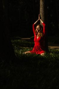 kobieta w czerwonej sukience medytuje