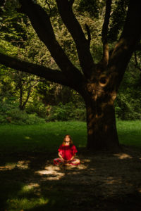 kobieta medytuje w parku